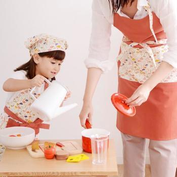 親子でキッチンに立つ時は、おろそいのエプロンで気分を盛り上げて。小さなうちはままごとで使えますし、大きくなればお子様のお手伝いのきっかけ作りにも役立ちます。