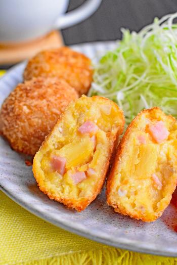 甘じょっぱさが美味しい「さつま芋とベーコンのコロッケ」は、やわらかな食感も楽しいレシピ。即席ホワイトソースに市販の焼き芋で手軽に完成します。