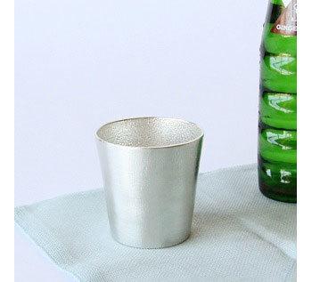 同じ素材でできたタンブラーは、冷蔵庫に入れておくとあっという間にキンキンに。夏場の飲み物をおいしく引き立て、ママの喉の渇きにスマートに応えます。