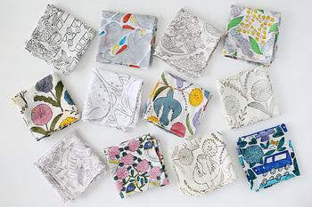 色ごとに木版を手作業で押していく「ブロックプリント」という染色技法で、インドの工房で1枚1枚手づくりで作られています。優しい彩りの「カラー」と、すっきりした線画の「モノクロ」各6柄です。