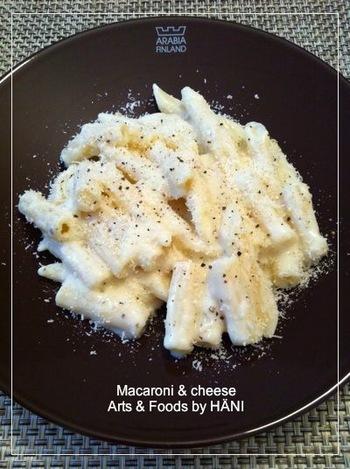 こちらは、電子レンジでホワイトソースを作るラクチンレシピ。マカロニをゆでている間に、ソースを簡単に作ることができます。