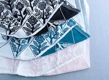 ウォッシュドリネンとコットンの混紡生地のハンカチは、サラリと肌にここちよい風合いと、表裏それぞれ違う表情を楽しめる織りが魅力。シックなブラック、深みのあるペトロリウム、淡い色合いのホワイトローザの3色展開です。