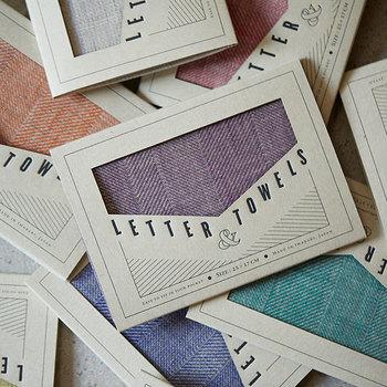 今治の織工房「工房織座」によるタオルハンカチ。表は発色のよい綾織り、裏はパイル。25cm×17cmのサイズは、4つ折にたたむと長方形の「スマホサイズ」に。ポケットにもすんなり入ります。