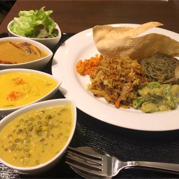 """人気でおすすめなのは、3種のカレーに主食が全種楽しめる『カレー3種盛り』。  スリランカ料理は、先述の通り、""""混ぜて食べる""""ことが基本。様々な風味の惣菜やカレーと食味の異なる主食が混ぜられることによって、複雑で、""""美味しいハーモニー""""が皿のと舌の上で、様々に展開されるからです。  お腹にゆとりがあるのなら、『3種盛り』を頼んで、混ぜることによって生まれる味のハーモニーを、しっかり楽しんで店を後にしましょう。  【画像は、ランチセット『カレー3種盛り』。左手前から「豆カレー」、「野菜カレー」、「烏賊カレー」、『サラダ」、主食全種盛り。】"""