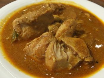スリランカの本格料理をお手軽に頂くなら、ランチ時の『カレーセット』が人気でお勧めです。  カレー1種、2種、3種と選べ、主食も好みに応じてチョイス出来ます。【鶏肉がたっぷり入った『チキンカレー』は、スパイシー美味しいと評判。】