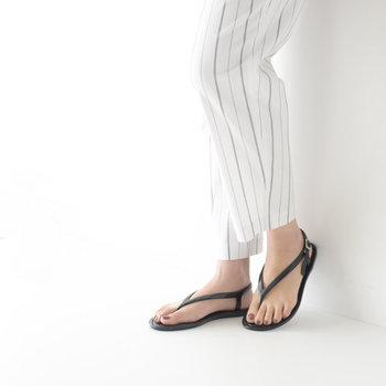 スペインのレインシューズブランド「igor(イゴール)」のフラットサンダルは、ミニマルで洗練された印象が魅力的。ビーチのイメージが強いトングタイプですが、繊細で女性らしいデザインを選べば、抜け感のある大人っぽいコーデに仕上がります。