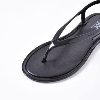 柔らかな素材が素足を優しく包み込み、アンクルストラップがしっかりと足をホールドしてくれます。軽くてコンパクトなので旅行やビーチのお供にも◎もちろん水洗いOKです。