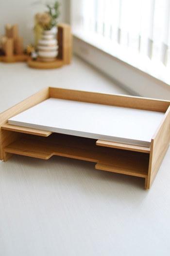 A4サイズの用紙がピッタリと収まる無印良品の書類整理トレー。木製のトレーは、ナチュラルインテリアにもしっくりと馴染みます。トレー部分が斜めになっているので_用紙の出し入れも楽々だそう。