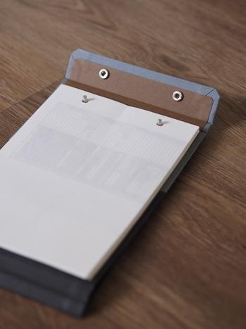 不要になったA4用紙をカットして、パンチで穴を開けてセットするだけ。コピー用紙なら100枚ぐらいは綴じることができるみたいです。