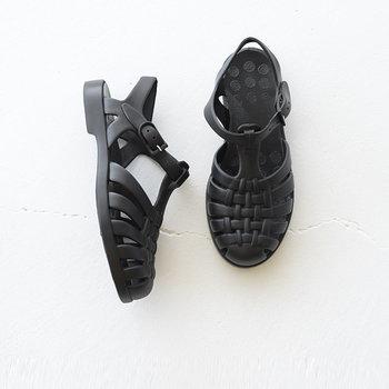 同じく、スペインのブランド「igor(イゴール)」のサンダルです。涼しげなメッシュはナチュラルファッションにぴったり。PVC素材を使用しているため、レザーよりも軽く、フィット感のある柔らかな履き心地を叶えています。