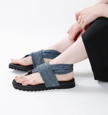 ストレッチ素材を取り入れたデザインが特長の日本製シューズブランド「la gomma(ラゴンマ)」。まるで足と一体化したかのようなフィット感、ストレスフリーでリラクシンな履き心地がくせになるサンダルです。