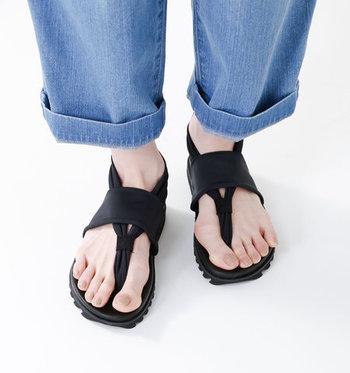 カジュアルながら、足を華奢に女性らしく見せてくれるトングタイプ。機能美を追求したデザインで、お洋服との合わせやすさも◎この夏、手放せなくなること間違いなしです。