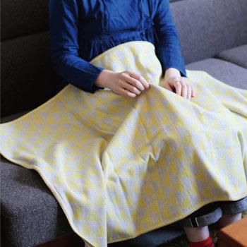 おそろいのタオル(Lサイズ)はフチにステッチが施され、ハーフブランケットとして使うこともできます。育児の合間のホッと一息つく瞬間に、ママに使ってほしいアイテムです。