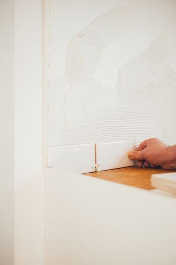 壁を塗ったり、タイルを貼ったりするなど簡単な作業は《DIY》で手伝わせてくれる会社もあります。自分で作ることで、お家を作る大変さを感じられたり、愛着が湧いたり、簡単な不具合なら自分で直せたりするのがメリットです。