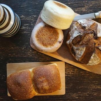 石窯で丁寧に焼き上げられたパンは、麦の旨みがたっぷり詰まっていて、噛みしめるほどに幸せな気持ちでいっぱいに。