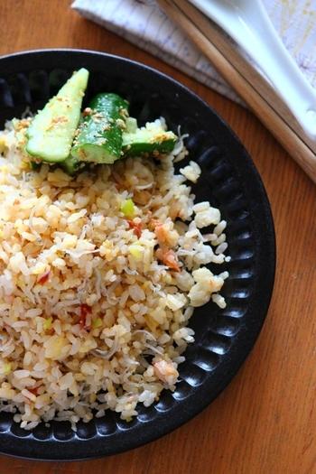 手軽に作れるチャーハンはお昼ごはんの鉄板!梅干しとちりめんじゃこで和風にすれば、具材が薬味だけでもさっぱりしながらも旨味たっぷりで美味しく。子どもでも食べやすい味で好評のレシピです。