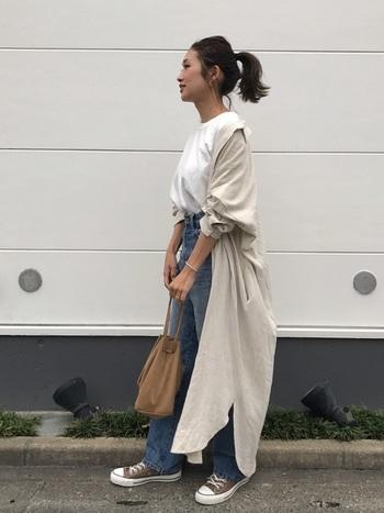 ロングカーデのように白Tシャツとデニムの上に羽織って、ひとつ大人のカジュアルコーデに。スニーカーとバッグをアースカラーで揃えているのも統一感アップのポイントです。