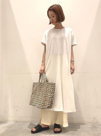ホワイト×ホワイトのコーディネート。ここにアニマル柄バッグとブラックのサンダルでモード感をプラス。小物だけで印象がかなり変わりますね。
