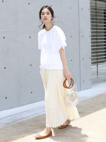 カジュアルな白いTシャツに、あえてコンサバなブラウンのフラットシューズと、優しい色のプリーツスカートを合わせたスタイル。PVC素材のかばんで流行もしっかりプラスしています。気になる二の腕やお腹周りをさらっとカバーしつつ、白いTシャツの爽やかさが引き立つミックススタイルです。