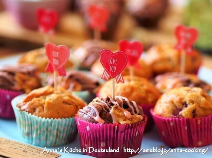 マシュマロ入りのチョコカップケーキに、イチゴジャムを入れたアイシングをかけた見た目も可愛いカップケーキです。可愛いスティックを刺せば、おもてなしにもぴったりの一品に。