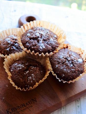 冷たく冷やして食べると美味しいチョコカップケーキは、紅茶葉が入っていてほんのり大人の味です。夏に食べたいですね。