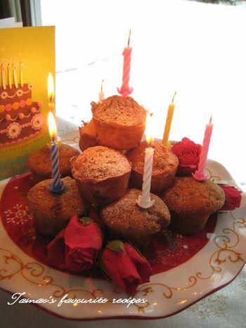 カップケーキをデコレーションケーキのように積み上げると、誕生日にぴったりの華やかなケーキになります。ロウソクを立ててお祝いしましょう!