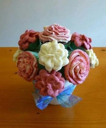 オアシスを植木鉢に入れ、そこに串に刺したカップケーキを刺していけば、ブーケのようなカップケーキの完成!誕生日はもちろん、母の日のプレゼントなどにもおすすめです。