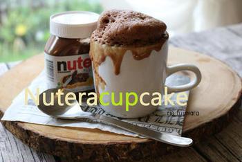 チョコレート風味のスプレッド「ヌテラ」を使ったお手軽マグカップケーキです。レンジで2分チンするだけでできちゃいます。