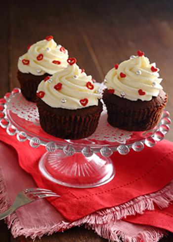 サワークリームを高く絞って、トッピングシュガーやアラザンを散りばめれば、お祝いにぴったりのカップケーキになります。