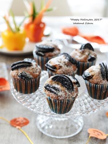 オレオのザクザクとした食感が美味しいマフィン。ホットケーキミックスを使って簡単に作りましょう。砕いたオレオを生地に混ぜ込み、焼く前にさらに差し込むので、オレオの味を十分に堪能できます。