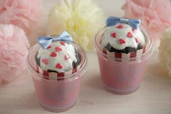 100円ショップで販売されているカップにカップケーキをIN。簡単にできて、カップケーキのデコレーションも崩れません。こちらのカップはセリアで購入されたものだそうです。