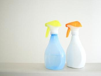 スプレーボトルを選ぶ時は、ガラス・陶器・ポリプロピレン(PP)・ポリエチレン(PE)などの素材がおすすめ。一方、ポリスチレン(PS)のボトルは、ハッカ油の成分によって溶けてしまうのでご注意を。