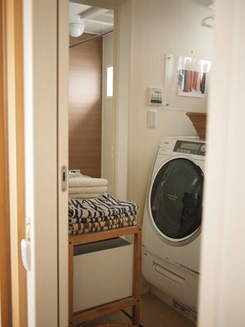 半乾きの衣類は洗濯機の乾燥機を使ってしっかり乾かしましょう。でも、乾燥機などの家電がおうちになくても大丈夫!「エアコン(ドライ)+扇風機やサーキュレーター」の合わせ技で、洗濯物に風を当てて空気を循環させることで、同じくらい早く乾いてくれるという実験結果もあるほど。  ライフスタイルに合わせて工夫をしながら、乗り切りましょう!
