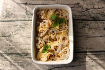 蓮根と切り干し大根をツナマヨで和えて、レンジでチンするグラタンです。上に乗せたチーズを混ぜて食べるのがポイント。ストック食品ばかりでできる簡単メニューです。