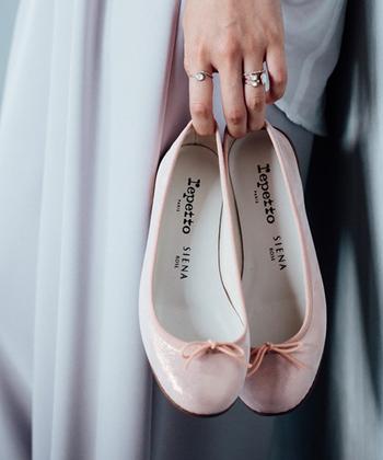 淡いピンクのバレエシューズで優しい足元に。光沢感のある素材で、お出かけ気分も盛り上がります。黒、白、ベージュ、グレーなどベーッシクカラーのボトム、デニムにと、幅広く使えます。あえて辛口のコーディネートにアクセントで使ってみると、大人の可愛らしさを演出できます。