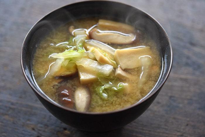 みそ汁の具に高野豆腐を入れたレシピです。白菜・椎茸のシンプルな具材との相性もバッチリ。生の豆腐より食べ応えがあるのもおすすめポイントです!