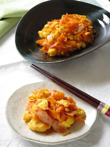 麩入りのニンジンシリシリのレシピです。ベーコンや卵など冷蔵庫にある食材でサッと作ることができるので、「あと一品ほしい!」という時に役立ちます。麩と卵でボリュームも◎