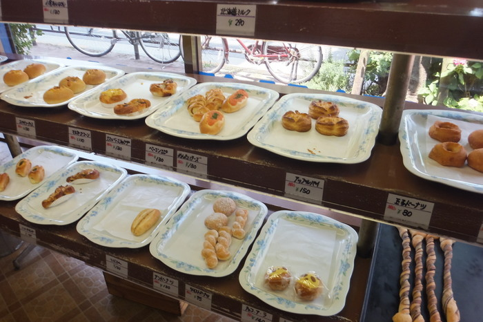 外観はもちろん、店内もかなりレトロな雰囲気。パンのトレーにもどこかで見たような懐かしさを感じます。種類も多くお手頃な価格なので、たくさん買ってしまいそう。