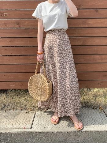 人気の小花柄ロングスカートに、トングサンダルとかごバッグを合わせて涼し気に。Tシャツもより引き立ちます。