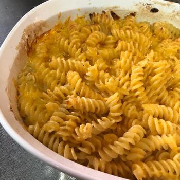 ホワイトソースの代わりに、エバミルク(無糖練乳)を使った簡単バージョンのマカロニ&チーズ。オーブンで軽く焦げ目をつけて、あつあつを召し上がれ。