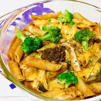 ゆでたマカロニにシチューの残りとチーズなどを混ぜ、レンジで仕上げた簡単なマカロニ&チーズ。お肉のうまみでコクもたっぷり。シチューが生まれ変わります。
