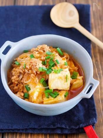 豆腐と春雨で作る簡単チゲ鍋風の一品です。焼肉のタレを使うので味付けも簡単。春雨は一緒に煮込むため、事前に戻す必要もなく時短になります。さっと作れるお腹も満足なレシピです。