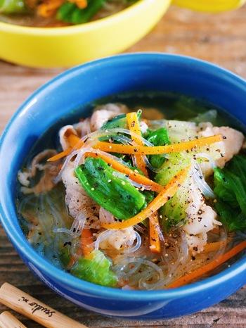 豚バラのうま味が効いた春雨スープです。レタスのシャキシャキ食感を残すには最後に入れるのがポイント。春雨と豚バラで食べ応えがあるのでランチにもおすすめです。