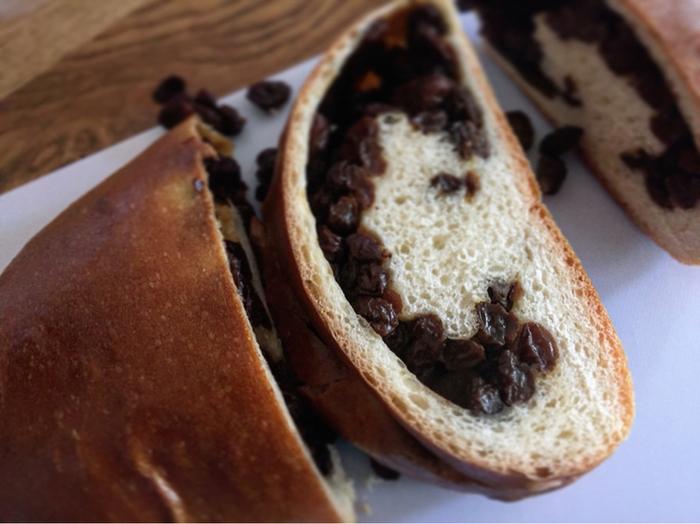 ずっしりと重たいぶどうパンは「パンに対してレーズンの量が半端ではない!」と、お客さんを驚かすほどのボリューム。包丁を入れるとポロポロとレーズンが溢れ、レーズン好きにはたまりません。ちなみに、ぶどうパンが並ぶのは、火・金・土の週3日だけ。来店日には、くれぐれもご注意を!