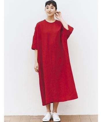 「赤」のリネンワンピースは夏の日差しの中でもひと際鮮やかに引き立ちます。 首元は開きすぎず小さめのデザインですので、程よいフェミニンが薫るコーデに。