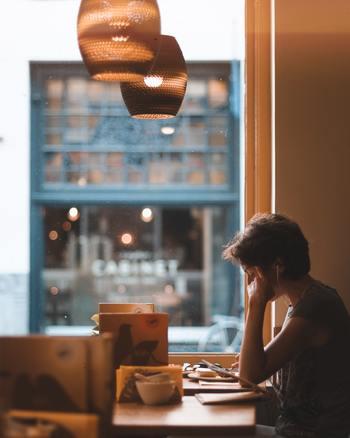 ポモドーロ・テクニックのメリットは、気を散らす要因となるものを意識的に排除し、短い集中時間と休憩を繰り返すことで高い集中力を持続できることにあります。