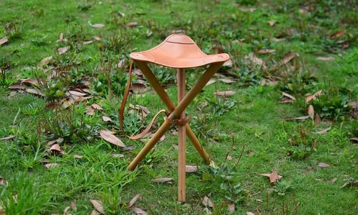 上質なレザーを使用した折りたたみ式の椅子です。自然の中にスッと溶け込むナチュラルな質感が魅力。使い込むほどに味わいを増していく過程も楽しめそう。