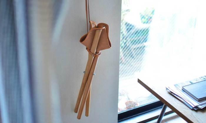 折りたためばコンパクトで肩から下げられます。キッチンに置いてちょっとした腰掛けとして使っても素敵です。