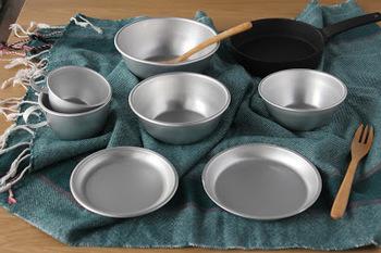 プラスチック製もいいけれど、アルマイト製のお皿はアウトドアならではの素朴さやカジュアルさがあって魅力です。お家で使うなら、サラダやカレーを盛り付けてもいい。