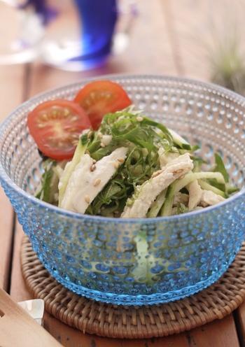 サラダも鶏ハムを入れて食べ応えのあるものに。きゅうりや大葉がお手ごろに手に入る旬の時期に食べたいさっぱりレシピです。